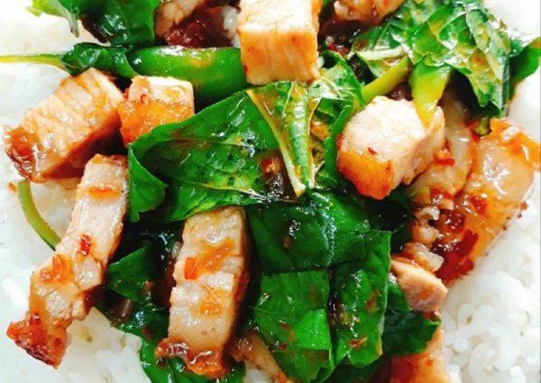 เมนูอาหารไทย หมูกรอบผัดใบยี่หร่า สมุนไพรที่มีกลิ่นหอมร้อนแรง