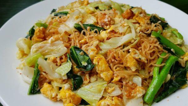 เมนูมาม่าผัดไข่ ใส่หมูยออาหารจานด่วนทำกินเองได้ง่าย ๆ