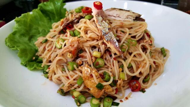 ยำขนมจีนปลาทู ทำกินกันเองที่บ้านแบบง่าย ๆ